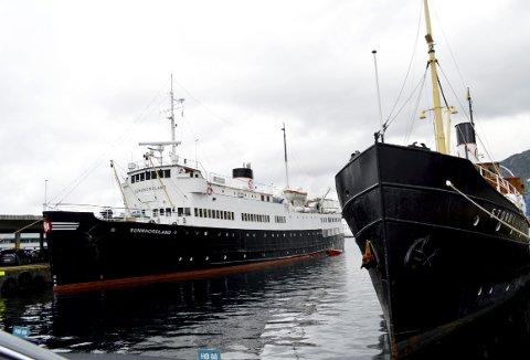 Mens dampskipet DS «Stord» ligger ved Holbergkaien har MS «Sunnhordland» fått plass ved kaien den gikk i rute fra i hele etterkrigstiden frem til 1973. Veteranbåten. hjemmehørende i Leirvik på Stord, seiler mye. Båten er populær blant store grupper. (Foto: TOM R. HJERTHOLM)