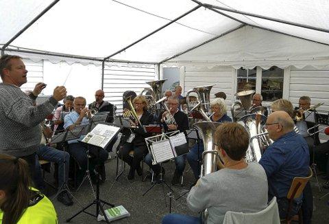Å flytta aktivitetane og startområdet ned på kaien i Sundal, blei ein suksess. Her underheld B-laget til Rosendal Musikklag. Foto: Signe Bondhus-Jensen.