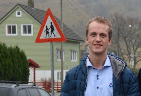 BEGEISTRA: Leiar i Trygg Trafikk region Vestland, Knut Olav Røssland Nestås, meiner det er svært bra at det no blir innført snittmåling av fart i Bømlafjordtunnelen. Her frå eit besøk i Rosendal. (Arkivfoto)