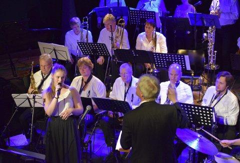 Vakre toner: Reidun Ottersen hadde premiere som vokalist på Kongsbergkvelden, noe som fungerte særdeles godt. Til vanlig spiller hun trombone. Alle Foto: Natalia C. Heinrich