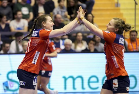 JUBLER: Ingvild Bakkerud (t.h.) og Vilde Mortensen Ingstad jubler under kampen Norge mot Danmark.FOTO: NTB SCANPIX