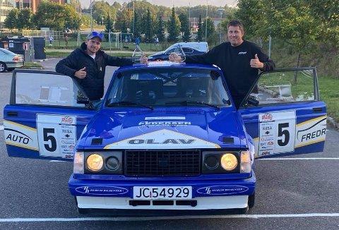 GLADE GUTTER: Kartleser Ole Thomas Westby (t.v.) og Olav Fredriksen jubler etter klasseseieren i Rally Grimstad. FOTO: PRIVAT