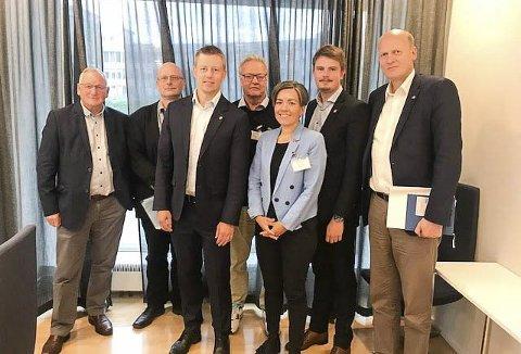 OSLO-MØTET: Bak fra venstre: Gunnar Nebell (Ap), Lars Haugen (Frp), Knut Eilert Sørnes (Frp), Rikard Gaarder Knutsen (politisk rådgiver) og Anders Werp (statssekretær). Foran: Tommy Skjervold (statssekretær) og Gunn Cecilie Ringdal (ordfører).