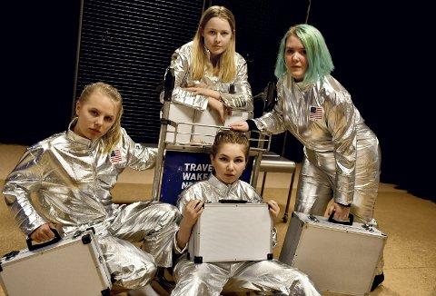 HER KOMMER VI!: De unge skuespillerne i gruppa for teaterfordypning på kulturskolen er valgt ut til å spille stykket «En rytter nærmer seg» på Det norske Teatret i mai. Fra venstre: Leah Isabel Rohdin-Tvedt (16), Nova Marie Huus Mjøen (15), Elise Hansteen-Hagen (16)(foran), Frida Margrethe Aalborg (15).