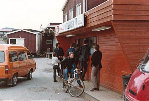 9d1cc2c1 Det gamle gatekjøkkenet på Leknes. Muligens 1970-tall? Alle fotografier som  forteller noe