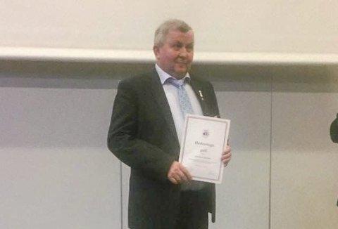 Gullmerket: John Arne Jakobsen i Vågan Bowlingklubb fikk gullmerket etter lang og tro tjeneste innenfor både klubben og Norges Bowlingforbund. Foto: Privat
