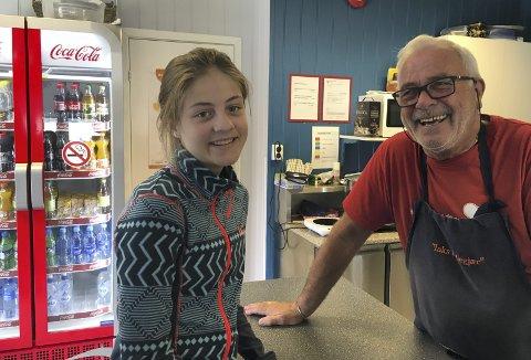 TRIVELIG PASSIAR: Ungdom, voksne og gamle hygger seg i sosialt lag i kafeen. Her Danielle Josefsen (17) og Svein Rekve. Alle foto: Kari Korslund Kværnå