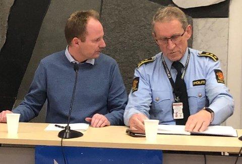Remi Solberg i samtale med Asbjørn Sjølie under tirsdagens pressekonferanse.