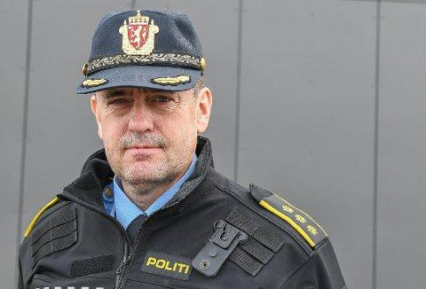 JULEVAKT: Politistasjonssjef Ketil Finstad-Steira sier man har ordinær vaktberedskap i jula, og han ber alle lofotingene følge smittevernreglene for å unngå kostbare bøter ved overtramp.