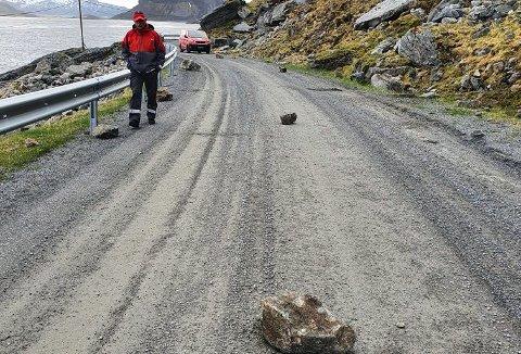 Kolleger fra Leknes rykket ut til Myrlandsveien i Flakstad hvor en postmann ble truffet av steinras onsdag formiddag.
