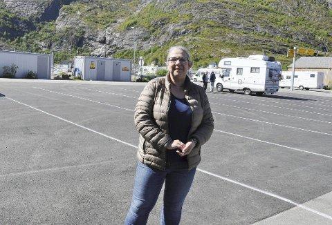 FORNØYD: Moskenes-ordfører Lillian Rasmussen er fornøyd med at Statens vegvesen vil bruke mer tid på innføring av hydrogenferger i Vestfjordsambandet.