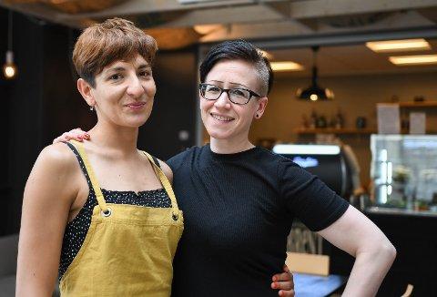 Ny driver: Laura Gipponi tar over driften av Brent kaffebar i Svolvær. Anniken Nikolaisen er glad for å overlate kafeen hun har drevet i tre år i gode hender.