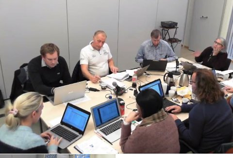 Fra venstre rundt bordet: Hartvig Magnus Sverdrup (Felleslista), Kristian Møller (Felleslista), rådmann Steinar Sæterdal, ordfører Lillian Rasmussen (Bygdelista), Bjørn Jensen (SV), Marlene Sæthre (Bygdelista), økonomisjef Lena-Britt Johansen.