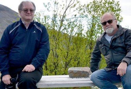 PRESENTERER BOKA: Forfatter Helge Alvin Rosfjord (til venstre) forteller om Torgeir Foss og hans opplevelser som politisoldat på Oscarsborg 8. desember.