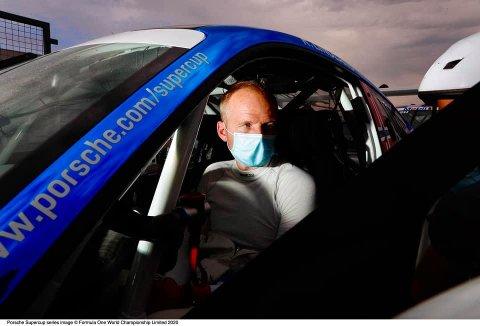 FØR START: Roar Lindland i bilen før søndagens løp på Silversrtone.