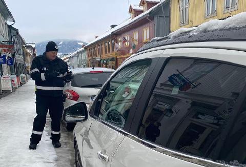 Roar Steinslien forteller at Storgata rett nord for Lilletorget er der det syndes mest i Lillehammer når det gjelder feilparkering.