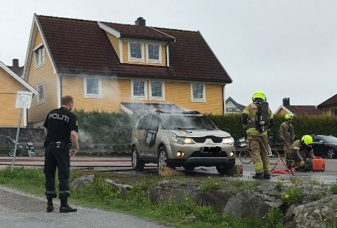 Brann og politi har rykket ut til en bilbrann i Mjølnerveien i Vestby.
