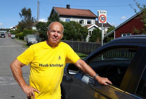SKOLESTART: Kjell A. Kristiansen i NAF Moss og omegn oppfordrer bilister til å respektere skiltene med fartsbegrensning.