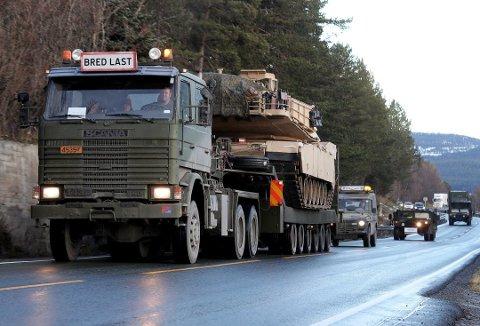PÅ VEI HJEM: Mange av de utenlandske kjøretøyene som har deltatt i NATO-øvelsen Trident Juncture, skipes ut av Norge via Øra i Fredrikstad. Foto: Statens vegvesen