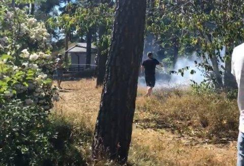 HJALP TIL: Naboer hjalp til med å slukke brannen før brannvesenet kom frem til Bråtenveien på Halmstad.