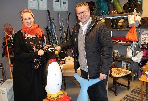 BEDRE OPPVEKST: - Nå kan vi kjøpe inn enda mer aktivitetsutstyr, som barn og unge kan låne gratis, sier Marianne Saltbones Lindboe til Ulf Leirstein.