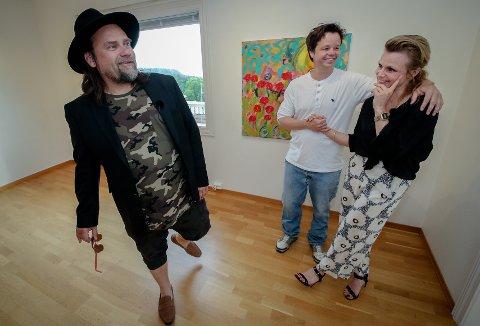 FØLELSESLADD: Det er både latter og tårer når Per Heimly (fra venstre), Espen Mathias Behn og Anja Bjørshol snakker om Ari Behn.