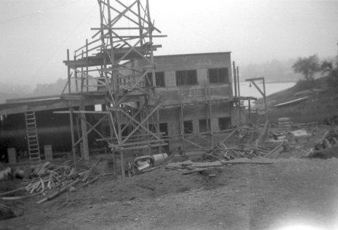 1937: Vannverket i Vogtsgt. bygges. Det var moderne med det siste nye av rensemetoder, men kapasiteten var altfor liten. Når hagevanning og vanlig forbruk sprengte rensekapasiteten, kjørte man på med klor.
