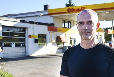 ARKIV FOTO: Knut Hagen eier og driver bensinstasjonen der det brant to biler i natt.
