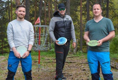SATSER I MOSS: Stian Clausen (f.v.), Morten Johnsen og Tor-Wegar Winther har startet Moss Diskgolfklubb.