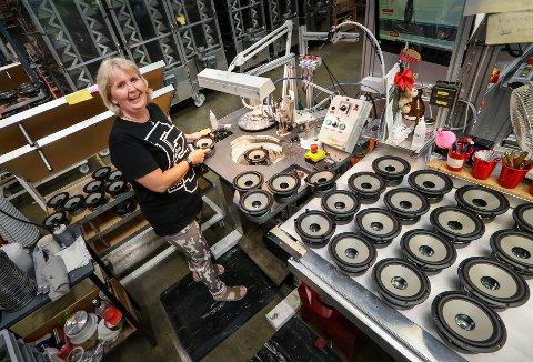 SMIL OG GLEDE: Jeanette Skaiaa trives godt og har lang fartstid ved Seas Fabrikker. Her jobber hun med ferdiggjøring av basshøyttalere.