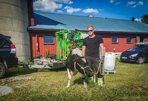 SATSER: Bjørn-Erik Nilsen har jobbet som klauvskjærer i et års tid, og har nå startet sin egen bedrift. – Jeg trives bra i jobben og har bestandig hatt et ønske om å drive for meg selv, sier 27-åringen.