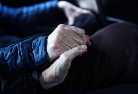 Et flertall i befolkningen mener det bør være tillatt med aktiv dødshjelp i Norge, viser en måling fra TNS Gallup i 2015. Mens 52,3 prosent sier ja til innføring av aktiv dødshjelp i Norge, er 35 prosent imot, ifølge undersøkelsen, som ble gjort for TV 2.
