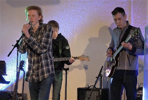 Det låter bra når de mest erfarne gutta på bandskolen drar til. Jesper (bass), Ola (vokal) og Benjamin (gitar). Hermann (keys) og Paolo (trommer) utenfor bildet.