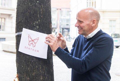 Advokat Geir Lippestad fra Nordstrand har foreløpig kun en print av logoen sitt nye parti, som skal hete Sentrum. Foto: Berit Roald / NTB