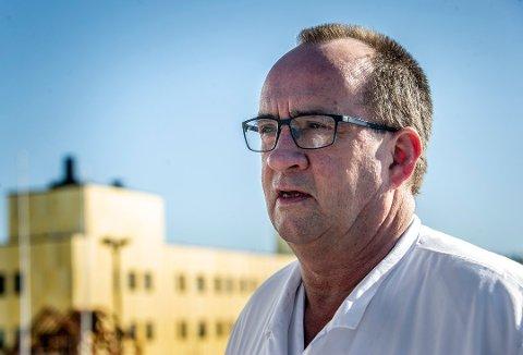KONTAKTSMITTE: Smittevernoverlege Jon Birger Haug på Sykehuset Østfold forklarer hvordan kontaktsmitte fungerer. Foto: Geir A. Carlsson