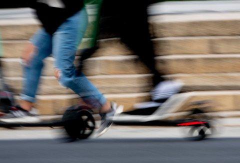 Oslo  20190709. Elsparkesyklene regjerer i Oslo sentrum. Store og små, fastboende og turister, nordmenn såvel som utlendinger farer rundt i gater, på fortau, gjennom parker, med både to og tre på brettet på de elektriske sparkesyklene som ser ut til å ha blitt sommerens slager i storbyen.  Foto: Geir Olsen / NTB scanpix