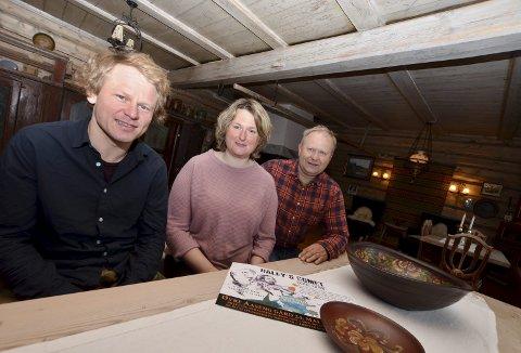 Intimkonsert: Pål Svindland (fv.), Karen Marie Skarshaug Aaseng og Semon Aaseng i stua der intimkonserten skal vere.