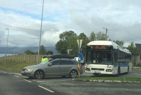 SMELL:  En Nobina-buss kjørte inn i bakenden på en Skoda på toppen av Tverrforbindelsen onsdag formiddag.