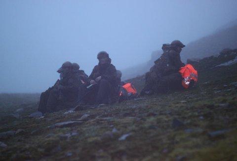 PÅGÅR FORTSATT: Dette er bilder fra opptaksøvelsen til artillerijegerne i Indre Troms hvor soldaten ble  nedkjølt og brakt til UNN med helikopter.