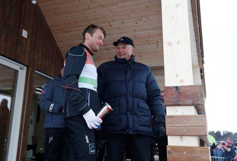 Kong Harald vil dele ut to kongepokaler under oppholdet i Tromsø. Her sammen med Petter Northug. Foto: Terje Bendiksby / NTB scanpix