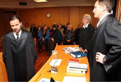 FORSVARER: Advokat Tom Ovesen (til venstre) forsvarer 31-åringen fra Harstad. Her sammen med advokat Helen Annie Jenssen og daværende statsadvokat Hugo Henstein i en annen rettssak.