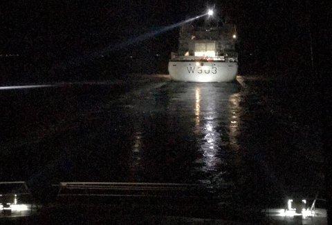ISBRYTER: KV Svalbard baner vei for hurtigbåten gjennom Finnsnesrenna søndag.