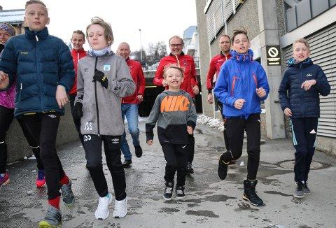 LØP: Tromsø Løpeklubb her representert med den yngre og eldre garde. FORAN FRA VENSTRE: Sebastian Sundt (11), Julian Sverresvold (11), Magnus Albrigtsen (7), Erik Pettersen (12), Sverre Jakobsen (11). BAK FRA VENSTRE: Hilde Aders, Stian Dahl Sommerseth, Alf Dahl, Bjørn Erik Jakobsen og Rune Albrigtsen.