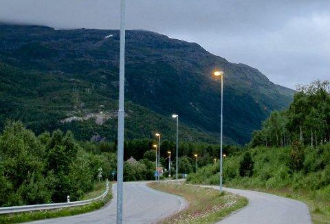 SLÅS AV: Fra 1. september vil Nordreisa kommune ikke lenger drifte gatelysene langs E6 og fylkesveiene i kommunen. Verken fylkeskommunen eller vegvesenet har så langt planer om å ta over driften. Bildet er tatt på fylkesvei 865 på Storslett. Arkivfoto.