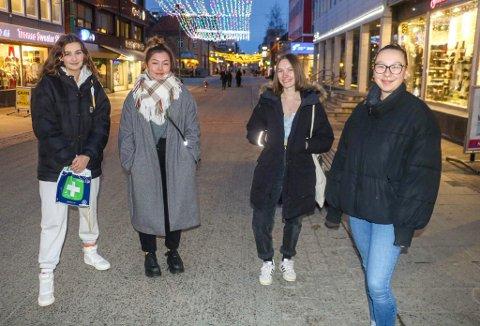 DELTE SYN: Mathilde Magga (22), Frida Astete (22), Elle Raanes Sørensen (21) og Mia Utkilen Sørensen (22) er gode venninner, men likevel uenige om man bør være skeptisk til den nyutviklede koronavaksinen eller ikke.