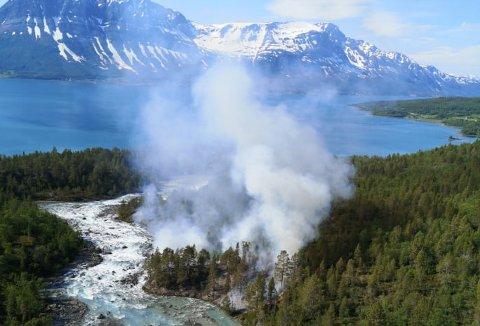 SKOG OG GRESS I BRANN: Det brenner i terrenget i Fugldalen i Tromsø kommune tirsdag ettermiddag.