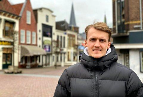 MYE ALENE: Runar Espejord forteller om en spesiell tid etter at drømmen om utlandet ble oppfylt. Her i gatene i Heerenveen ved en tidligere anledning.