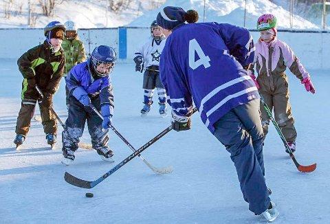 FART PÅ PUCKEN: Det var broren som begynte med hockey, og lille Andreas Hilbertsen ble med.