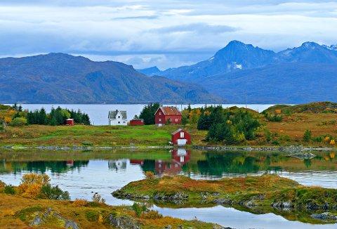 IDYLLL: Skagøya er en liten bebodd øy i Tromsø kommune, rett sør for Rebbenesøya. Ved fjære sjø ved såkalt superfullmåne kan du spasere mellom de to øyene.