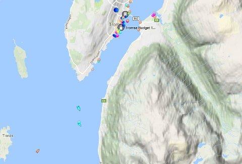 En lettbåt fra KV Nordkapp går i skytteltrafikk mellom Helmer Hanssen og Tromsøøya. Åtte og åtte blir evakuert.
